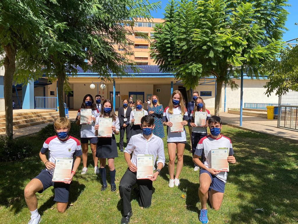 Los alumnos con sus diplomas acreditativos del Proyecto Persona.
